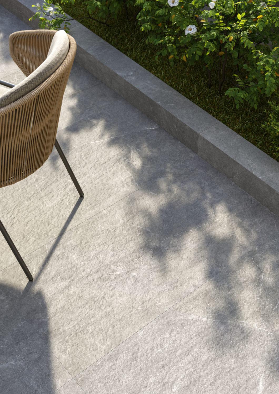 dettaglio di render di spazio outdoor con sedia su pavimento di ceramica