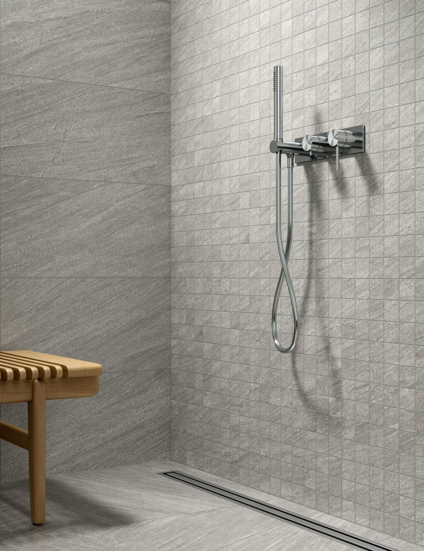 dettaglio di rendering di bagno con rivestimento in ceramica effetto pietra e arredi moderni