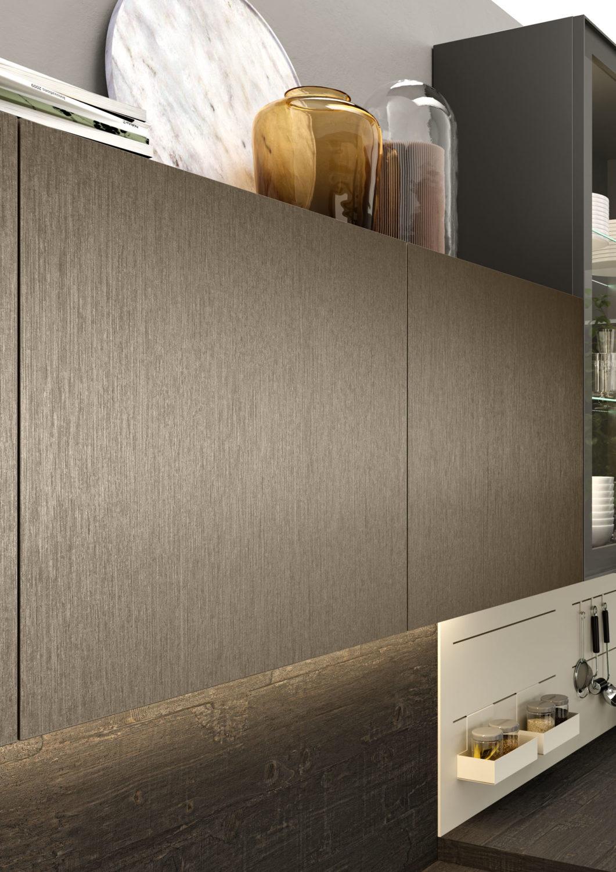 dettaglio di pensile di cucina moderna con anta essenza legno