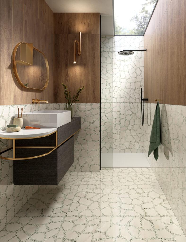 render di bagno con rivestimenti in ceramica effetto parquet e grandi formati effetto terrazzo