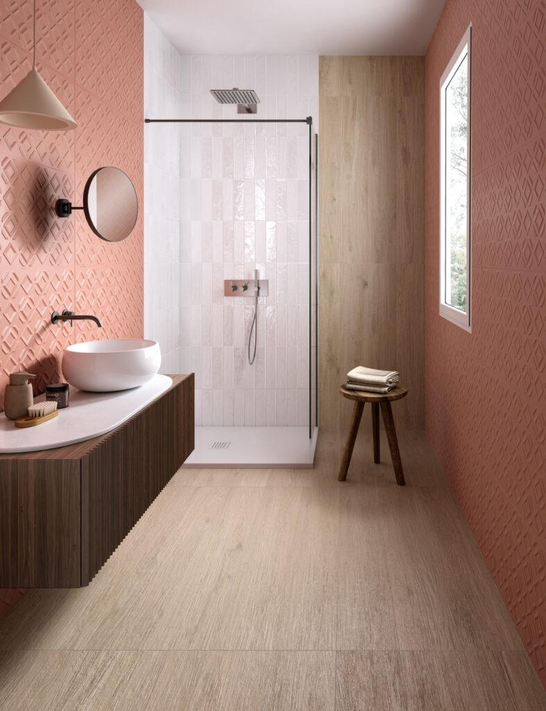 render di bagno con rivestimenti in ceramica effetto parquet e pattern geometrico in rilievo