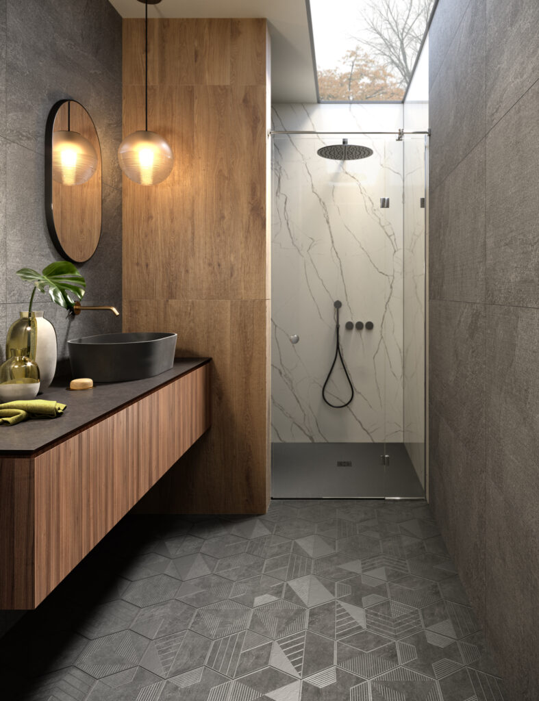 render di bagno con rivestimenti in ceramica effetto parquet e grandi formati effetto marmo e pavimento decorativo
