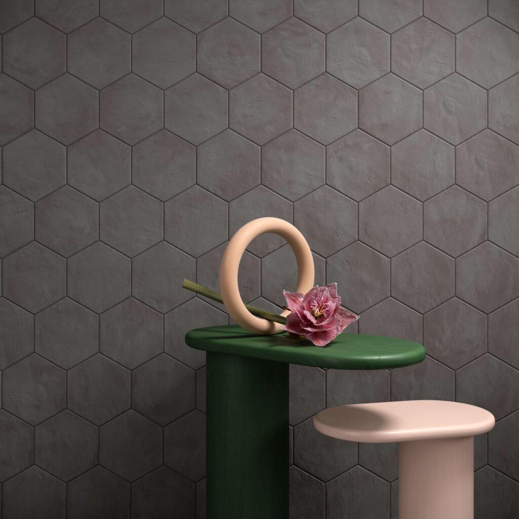 rendering con dettaglio di rivestimento di esagone colore scuro in ceramica e due tavolinetti con un fiore