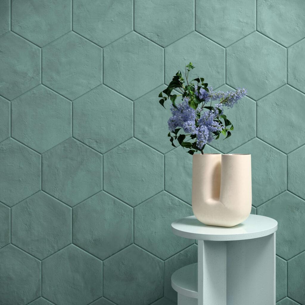 rendering con dettaglio di rivestimento di esagone colorate in ceramica e tavolinetto con vaso e fiore viola
