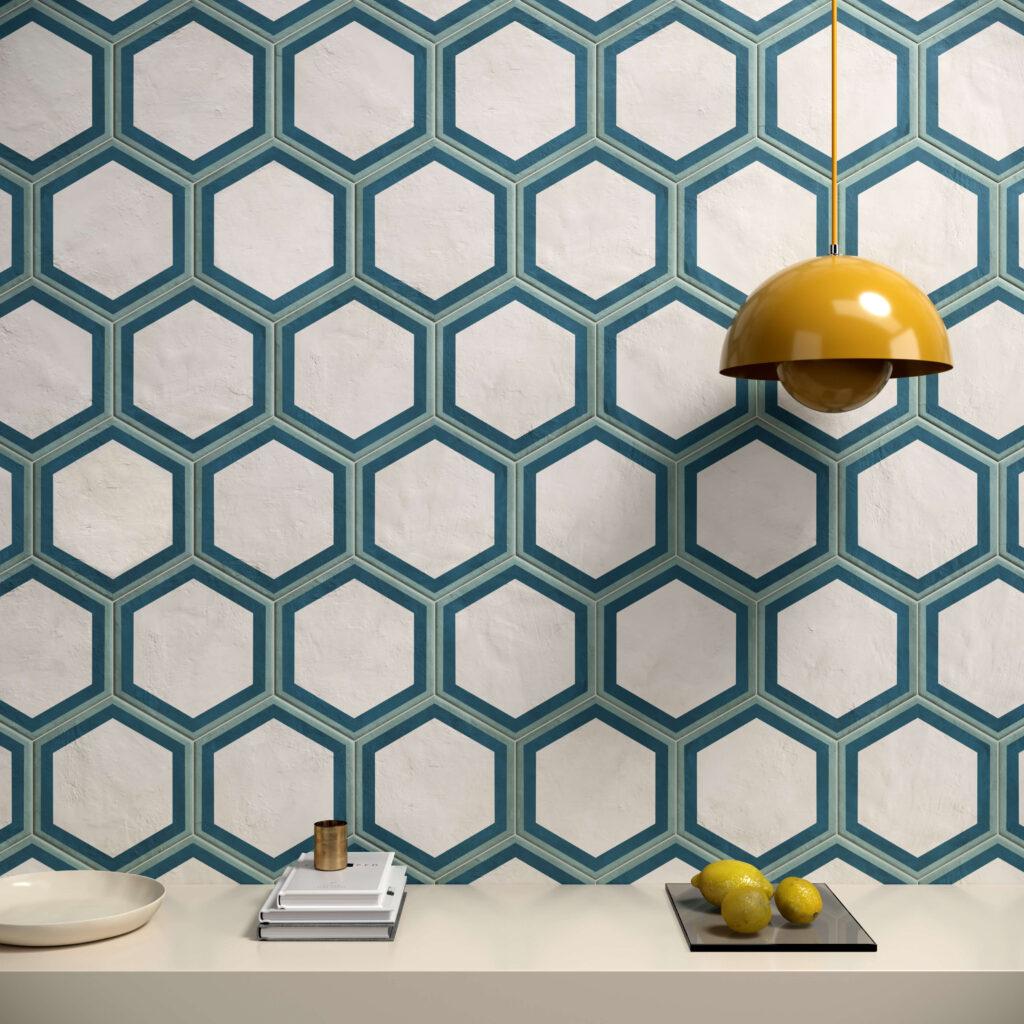 rendering con dettaglio di rivestimento di esagone colore chiaro in ceramica e mensolone con alcuni oggetti e un lampadario giallo