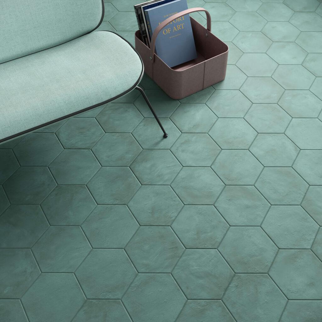 rendering con dettaglio di pavimento di esagone colorate in ceramica e divano e cesto riviste