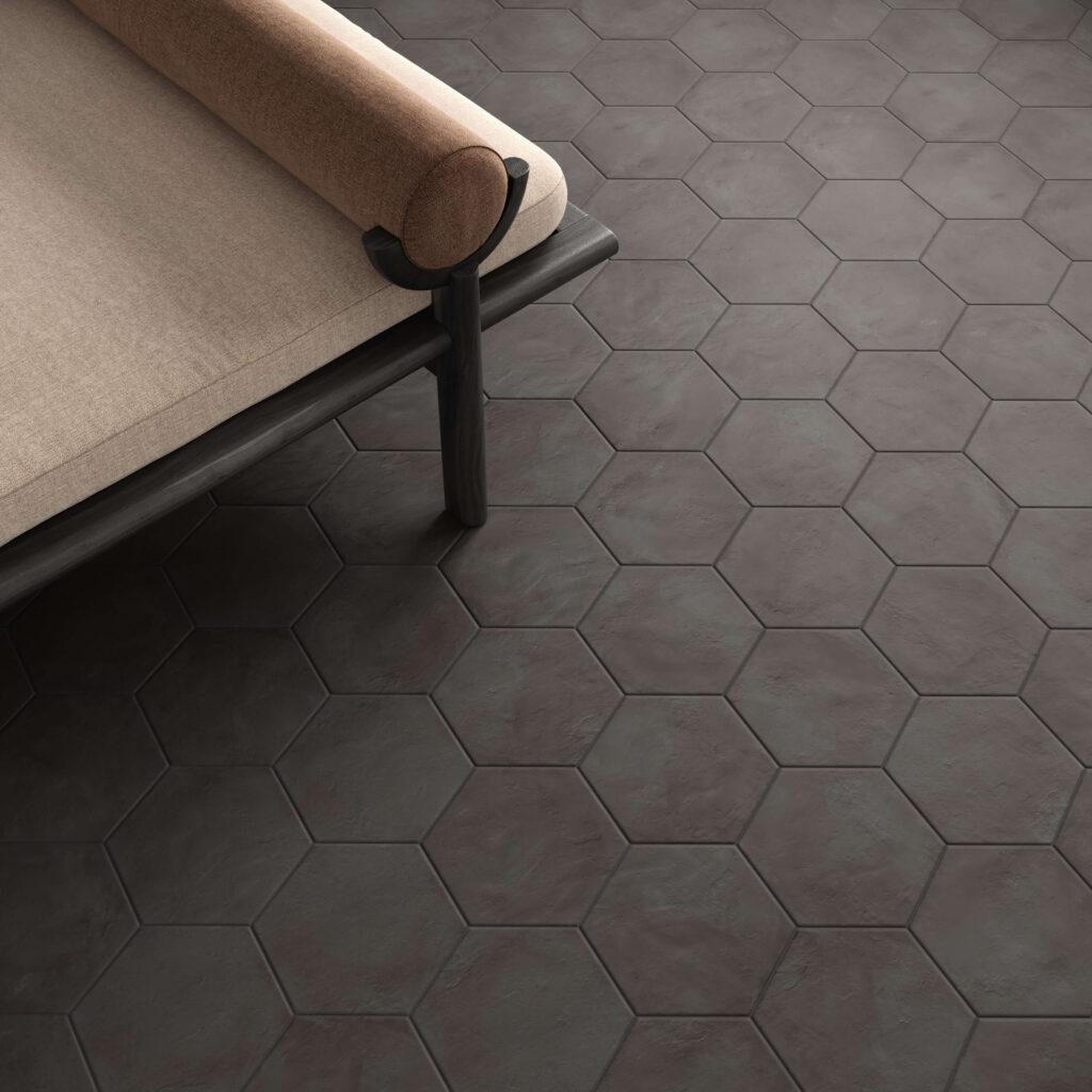 rendering con dettaglio di pavimento di esagone colore scuro in ceramica e sofà
