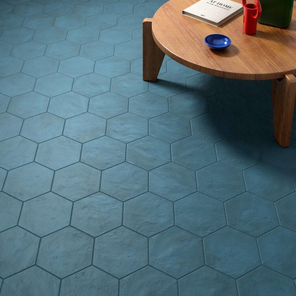 rendering con dettaglio di pavimento di esagone colorate in ceramica e tavolinetto con alcuni oggetti