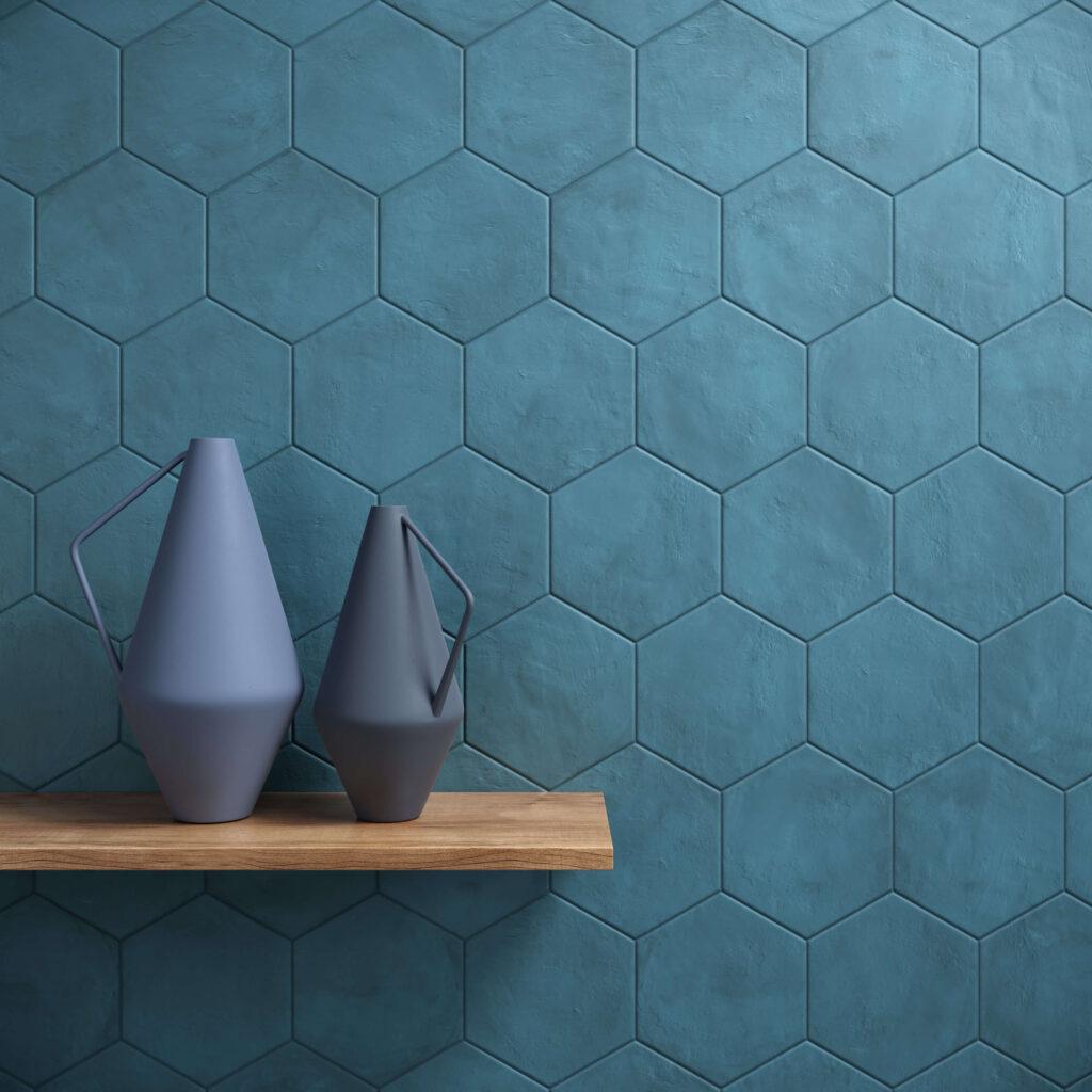 rendering con dettaglio di rivestimento di esagone colore blu in ceramica e due brocche su mensola