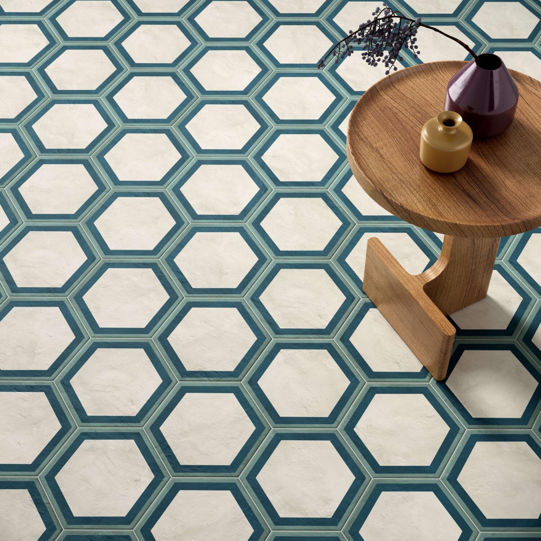 rendering con dettaglio di pavimento di esagone colore chiaro in ceramica e tavolinetto con alcuni oggetti