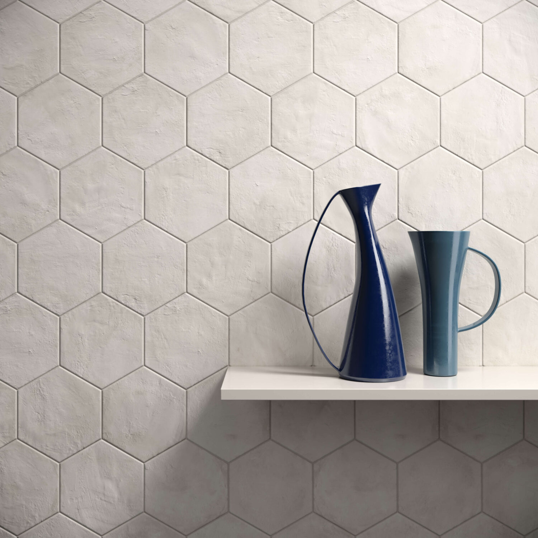rendering con dettaglio di rivestimento di esagone colore chiaro in ceramica e due brocche su mensola